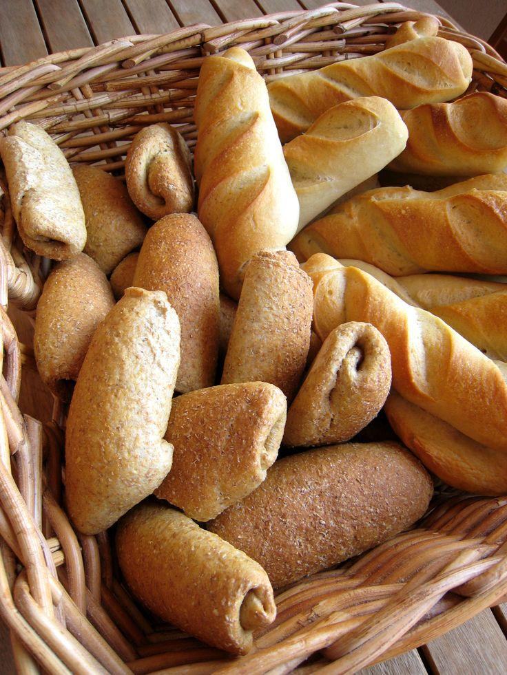 Cesta con panes diversos
