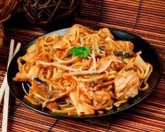Nouilles chinoises au wok, oignons, dinde et champignons de Paris (facile, rapide) - Une recette CuisineAZ