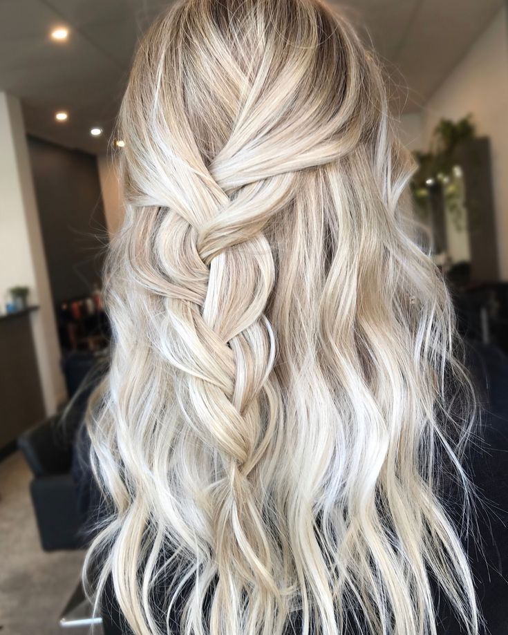 Hair inspiration ✔️ Instagram @hairbykaitlinjade Blonde balayage, long hair, cool girl hair ✌️ Lived in hair colour Blonde bronde brunette golden tones Balayage face framing blonde Textured curls #BlondeHairstylesLong