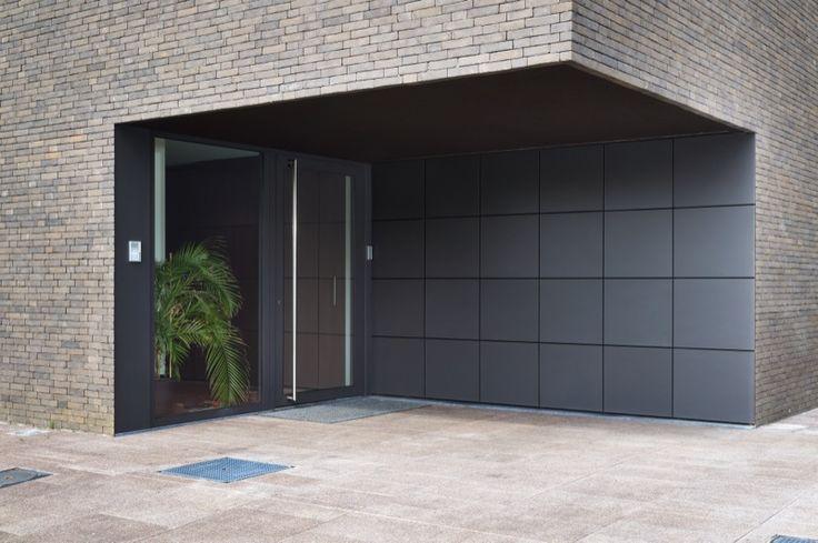 Garagepoort geïntegreerd in gevelbekleding met Rockpanel | Porte de garage avec Rockpanel | Realisatie: L-door