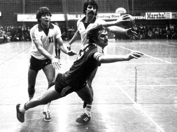 #SZ | #Weltmeister Kapitn #feiert Jubilum  #Kurt Klhspies #wird 65        #Weltmeister #Kurt Klhspies begeht #heute #seinen 65. #Geburtstag. #Der frhere Weltklasse-Handballer #feiert #in groem Rahmen, #aber #kleiner #Runde. #Zum Jubilum blickt #er #zufrieden #auf #seine #Karriere zurck.                      http://saar.city/?p=41613