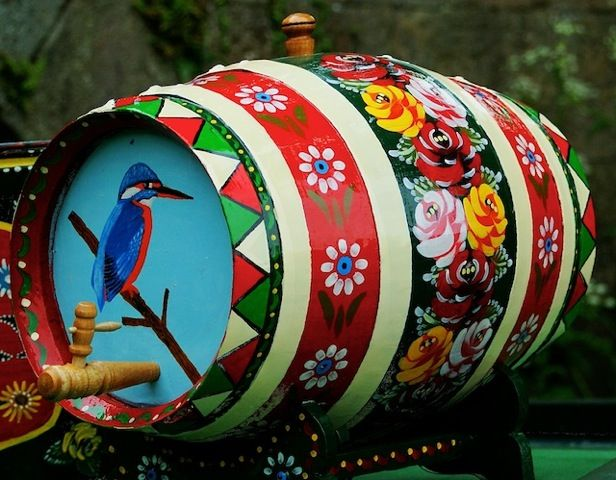 Just love traditional canal & folk art.