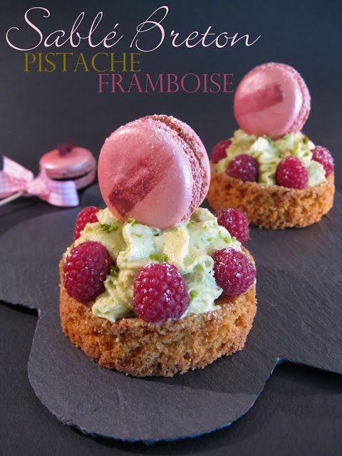 J'en reprendrai bien un bout...: Sablé breton Pistache - Framboise & son Macaron à la Framboise