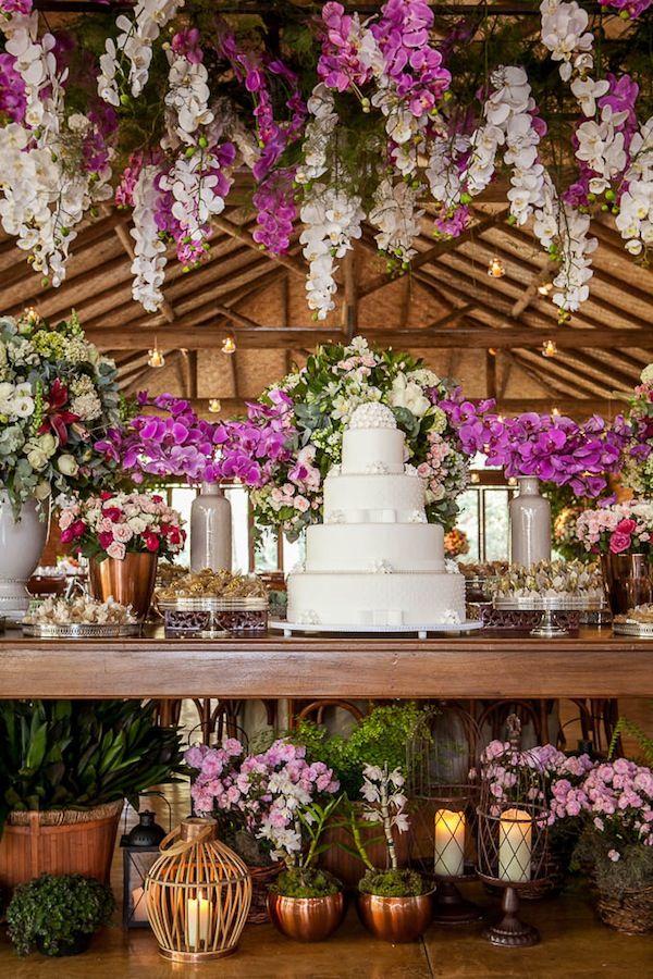 Mesa de doces rústica chique com flores suspenas, decoração d Mariana Bassi no Haras. Foto:Graziella Widman