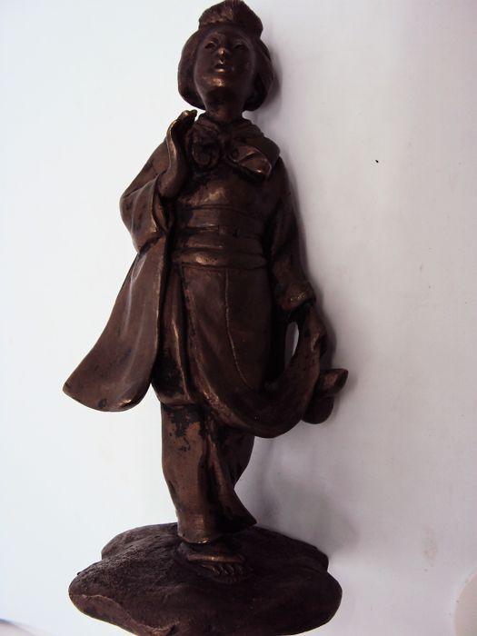 """Bronzen sculptuur-Geisha-Japan ca. 1900 (Meiji tijdperk)  Volgens expert Takeo Oku curator van de tentoonstelling """"Meesterwerken van Japanse Boeddhistische sculptuur"""" en expert op het gebied van Bunkachō erfgoed het beeld dateert uit de late Meijiperiode (begin 20e eeuw) door de techniek (verloren-was gieten) het gewicht en de meeste vooral voor het gebruik van een base (cast samen met de shepherd's voeten) alle kenmerken die typisch voor die periode.Andere sculpturen met soortgelijke…"""