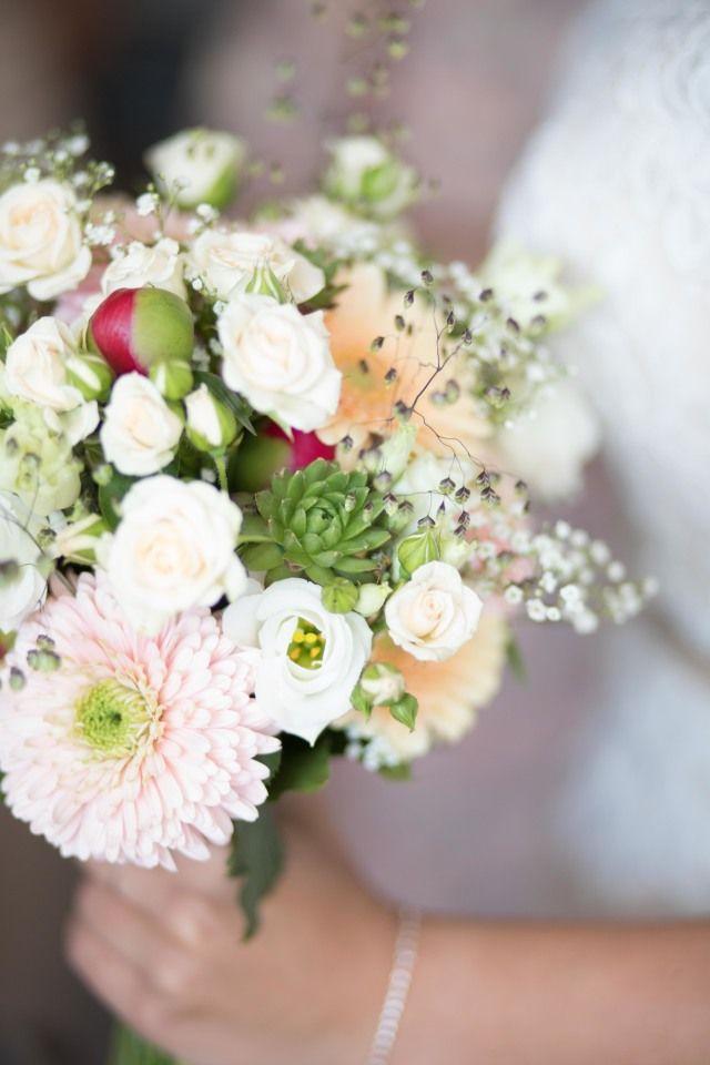 Wedding flowers Peach, blush, coral, Credit: Masha Bakker Photography - huwelijk (ritueel), bloemstuk, bloem (plant), bruid, huwelijk (burgerlijke staat), bruids, bloemen, rozen, betrokkenheid, liefde, natuur, romance (relatie), bruidegom, viering, romantisch, ornament, plant, bloeiend, bos, kroonblad