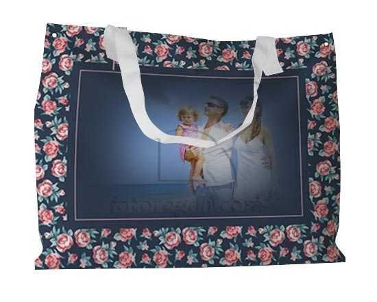 La borsa con rose stilizzate stampate come cornice