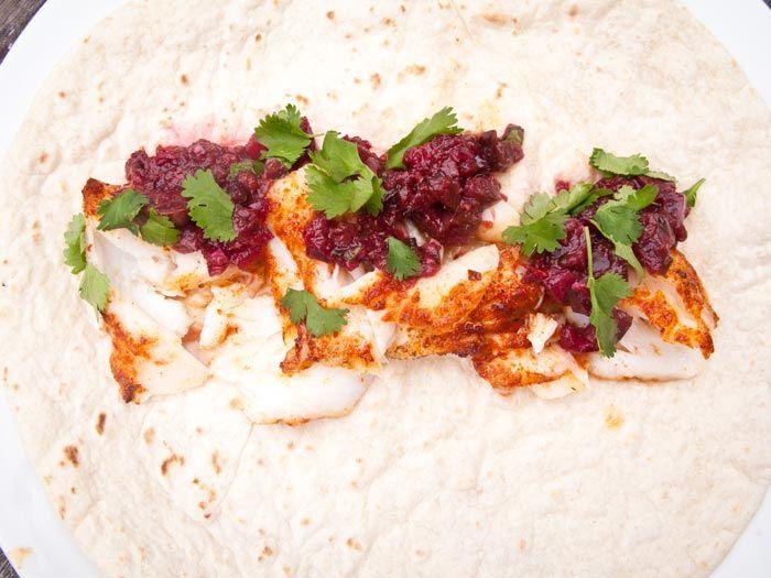 Chili vis tortilla is een licht en pittig gerecht voor een warme zomeravond. De kabeljauw krijgt een lekkere kick van de rub en de salsa.