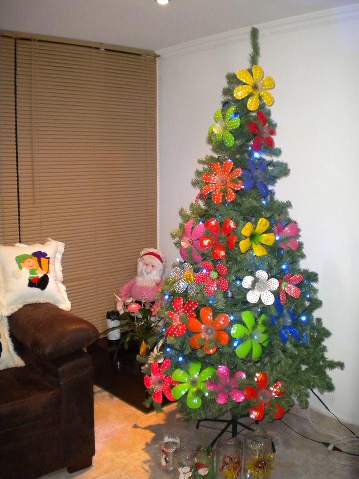 rbol decorado con flores elaboradas con botellas