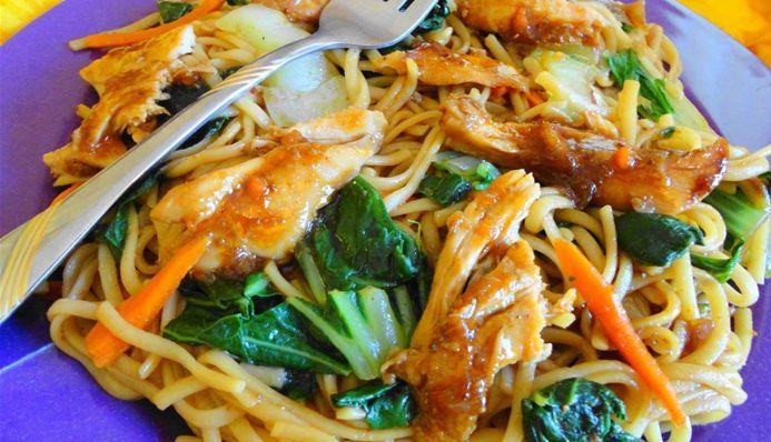 Surinaams eten – Bami Trafasie Kippenbouten Paksoi (de lekkerste bami met gestoofde kip en paksoi)