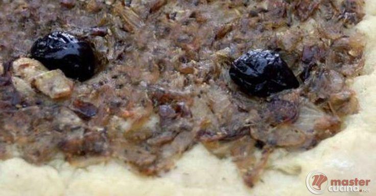 Scopri la ricetta: focaccia con cipolle e olive. Ingredienti: Farina rimacinata di grano duro tipo 0 o 1, Farina 0, Acqua naturale, Lievito di birra secco, Sale fino, Olio extravergine di oliva, Olive nere, Cipolla bianca.