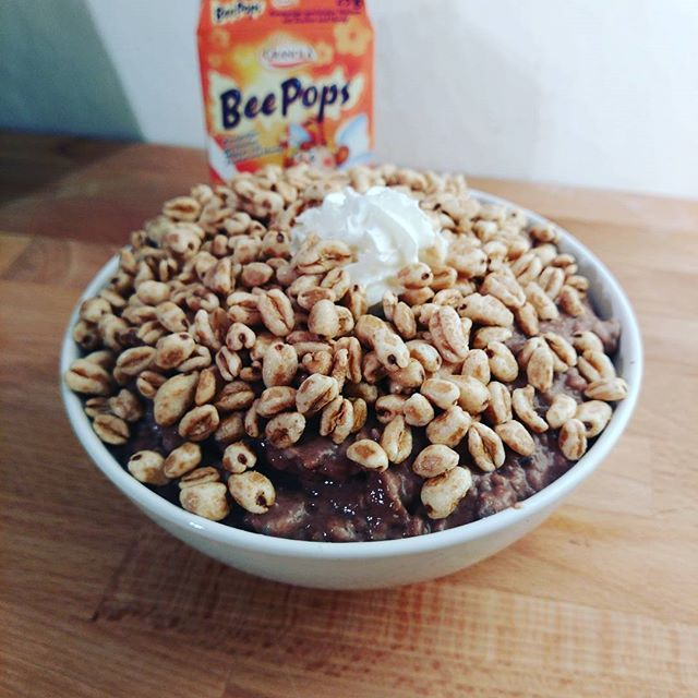 Chocolate Pudding-Oats with Honey Pops   Macros: 528kcal 72C 10F 31P  #protein #proats #pudding #oats #oatmeal #porridge #puddingoats #jellyoatcake #chocolate #honey #cereal #food#foodporn #flexbowl#flexiblecooking#codefitness #fit#fitness#fitfam#bodybuilding#macros #diet#nutrition#ifitfitsyourmacros #intermittentfasting#flexibledieting #iifym