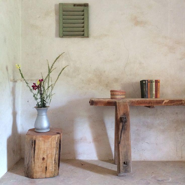 Entrada de casa de campo, mesa antigua de carpintero, cuadro antiguo con persiana y tronco cuadrado de ciprés #cipres#tronco#mesa#antiguo#entrada#casa#de#campo#rural