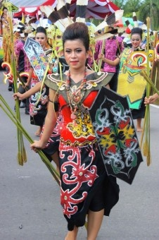 Ari Palilu: Dayak is one of the largest tribes in Indonesia. Dayak carnival takes place once a year in order to celebrate the anniversary of Central Kalimantan. This carnival shows on the opening of Festival Budaya Isen Mulang.