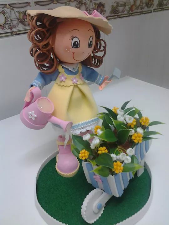 Fofucha con regadera y carretilla con flores