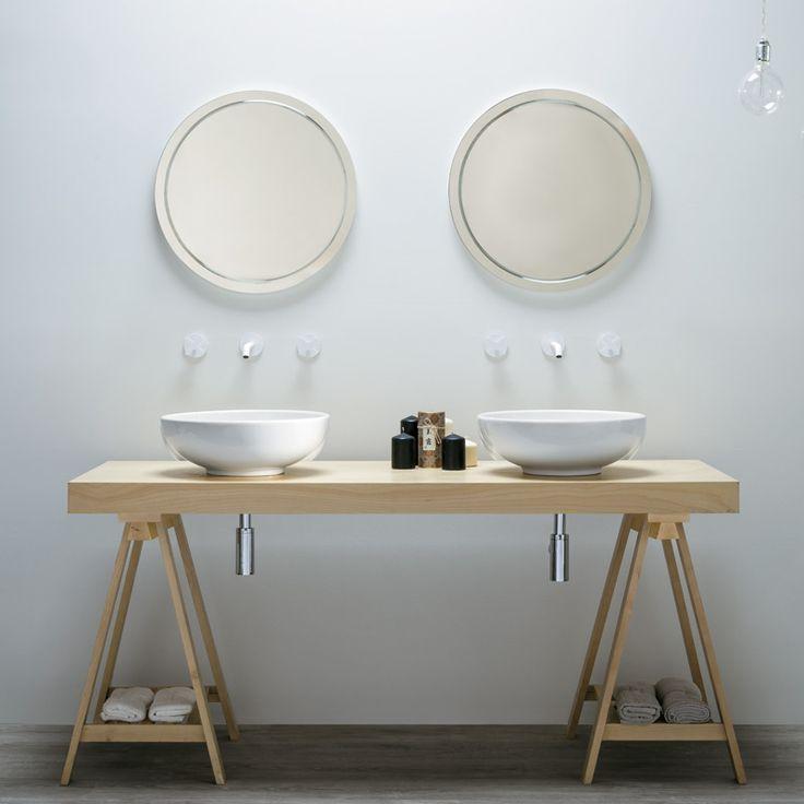 Un tavolo in betulla e 2 lavandini per una sobria ed elegante composizione bagno firmata Azzurra Ceramica.