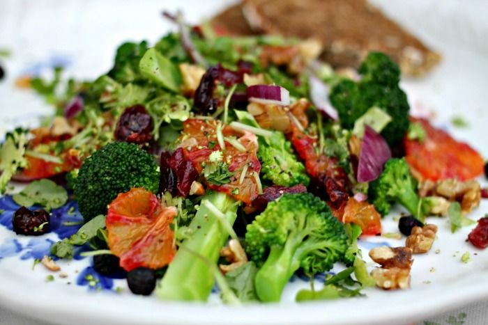salat af broccoli, tørret frugt, appelsin og nødder