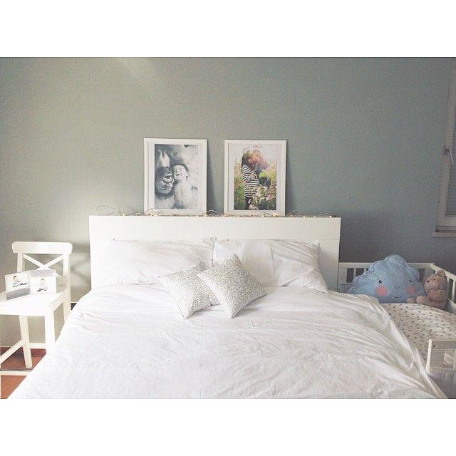 Anche se nel lettino ormai ci dormono nuvola e orso, e tu, di notte, abbracci il cuscino, proviamo ad esserci. Some lights and two pictures could change your mood. At least, a little bit. #loveclicklove #papicimanchi #astoryaboutlove #ikea #biancoconceptstore #zarahome #zarahomekids #h&m #home #thewomoms #womoms