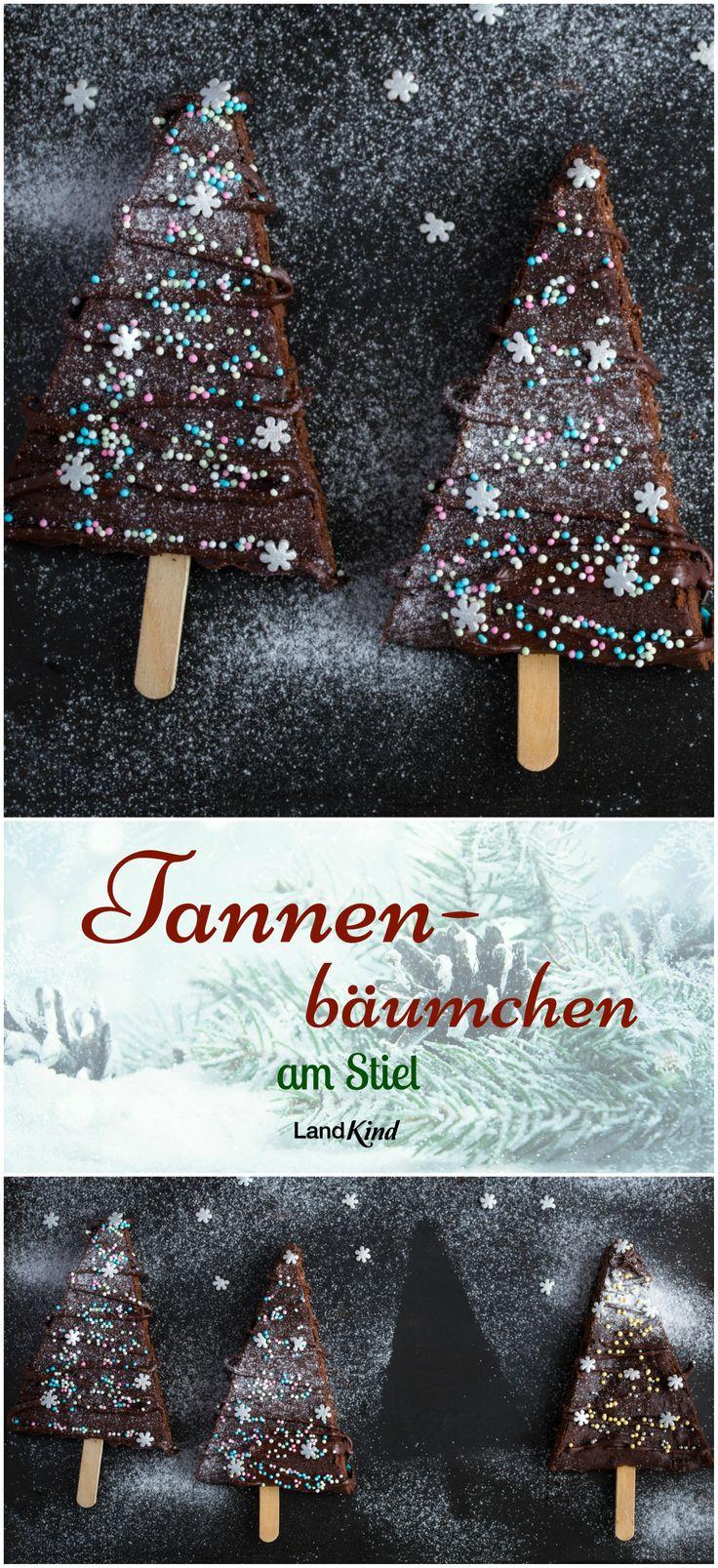 Simpler Schokokuchen wird ganz leicht zur weihnachtlichen Leckerei, wenn man ihn mit Kuvertüre, Zuckerperlen und Puderzucker zum Weihnachtsbaum herrichtet. Mit dem praktischen Stiel bekommt das Bäumchen auch noch einen Stamm.