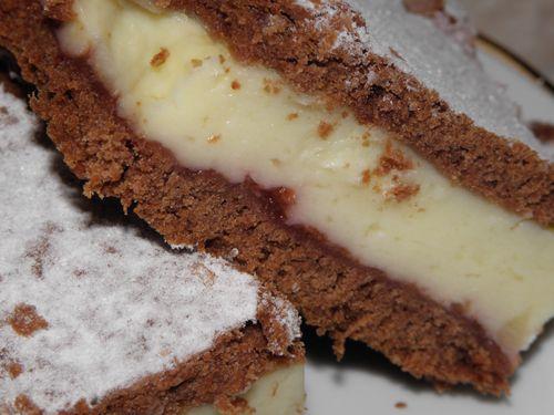 Szeretjük a süteményeket. Főleg a krémeseket. Ez kifejezetten az. Kakaós tészta, vaníliás-tejfölös krém, szilvalekvár - ellenállhatatlan hármas. Ugye?  Hozzávalók: Tésztához: 40 dkg finomliszt 1 kávéskanál szódabikarbóna 25 dkg margarin (nagyon puha) 1 db tojás 10…
