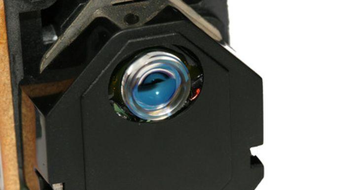 Cómo hacer un proyector de hologramas. Hay dos tipos principales de hologramas: de reflejo y transmisión. Los hologramas de reflejo guardan la información de una imagen 3D en una emulsión fotográfica gruesa intercalada entre dos placas de vidrio y debe ser visto con un foco brillante. Los hologramas de transmisión utilizan espejos y dos fuentes láser, una rayo de referencia y uno del ...
