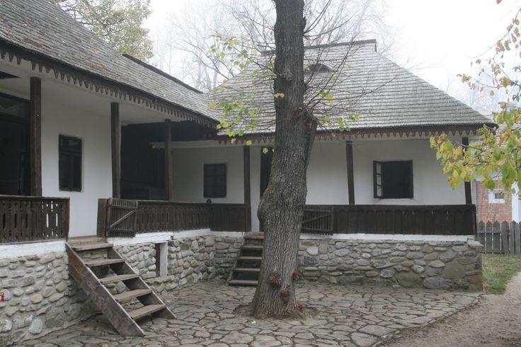 """Casa """"cu legatura"""" Suici, Arges construita la Muzeul Satului dupa un model traditional din satul Valea Topologului"""