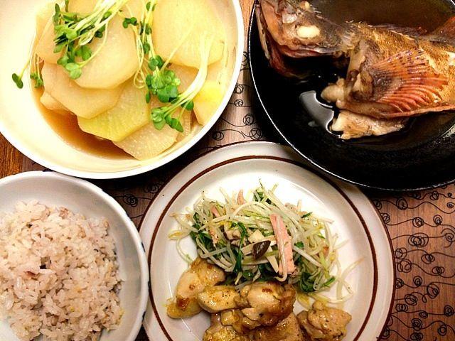 魚は実家で貰いました。父が漁師なのです。 - 14件のもぐもぐ - カサゴの煮付け•鶏のカレー風味•もやしと水菜の炒めもの•大根の煮物 by hoshidama
