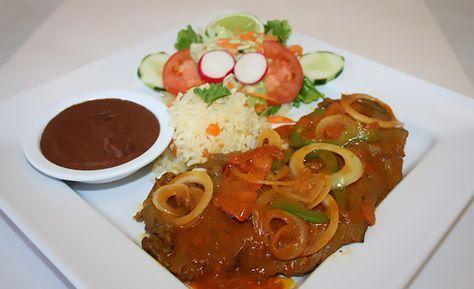 En buen Salvadoreño, nosotros le llamamos Bistec Encebollado y es uno de los platos favoritos para el almuerzo acompañado con su arroz.