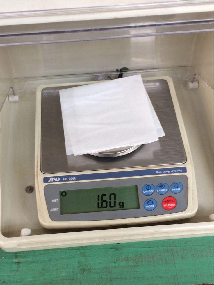 伊勢和紙の品質管理①…伊勢和紙の重量は1/100g単位で管理しています。機械抄紙の場合、このチェック作業を15分毎に行います。