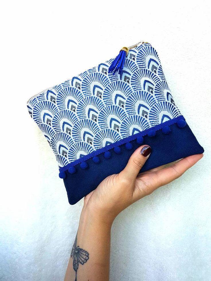Mini pochette NAVY faite main bi-matiere en jacquard motifs plumes de Paon et suedine bleu marine. Pompon. Tendance boho chic. Sac à main de la boutique LNHKcreations sur Etsy