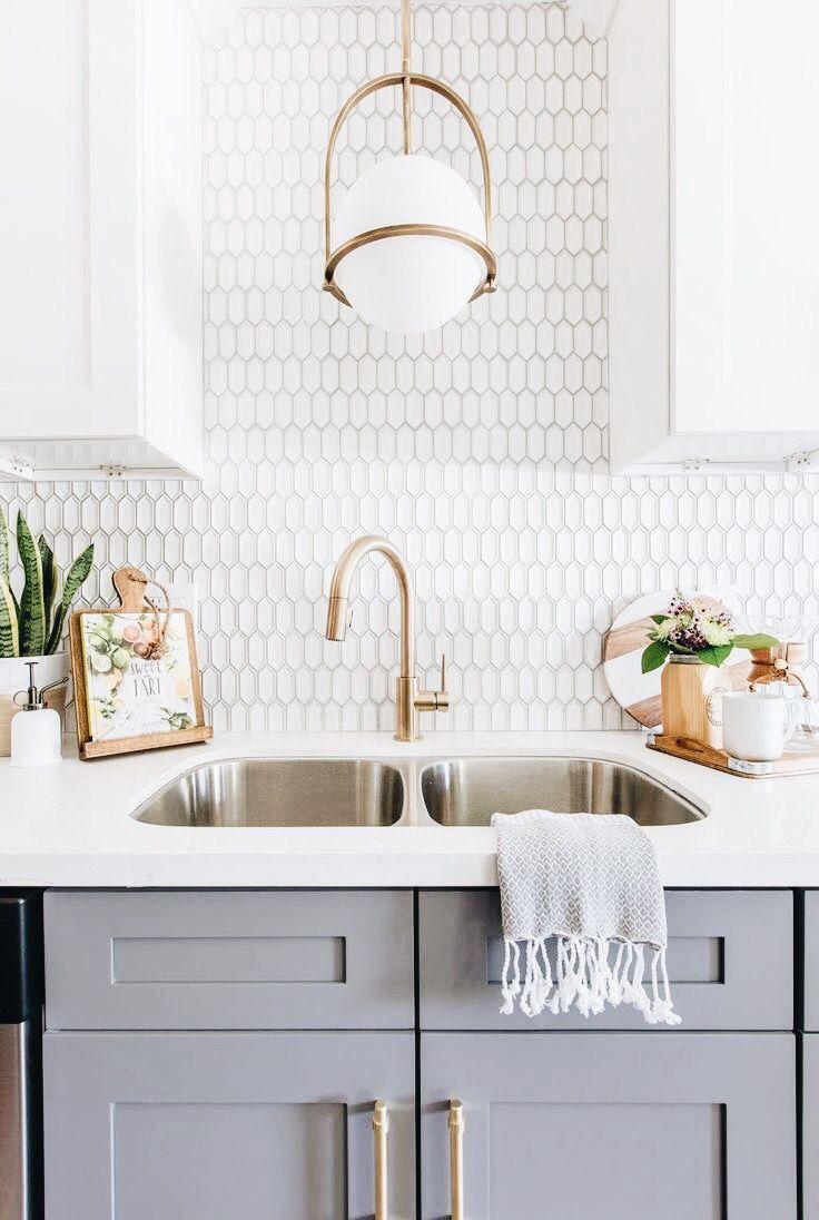 Une Suspension Au Style Art Deco Suffit A Rehausser Le Profil De La Cuisine Avec Une No Unique Kitchen Backsplash Kitchen Backsplash Designs Beautiful Kitchens