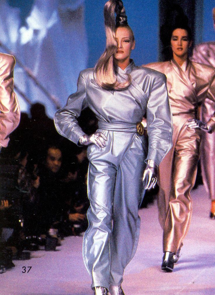 Scans by Shahan Assadourian Space Fashion, 80s Fashion, Fashion Killa, Unique Fashion, Runway Fashion, Fashion Models, High Fashion, Fashion Show, Vintage Fashion