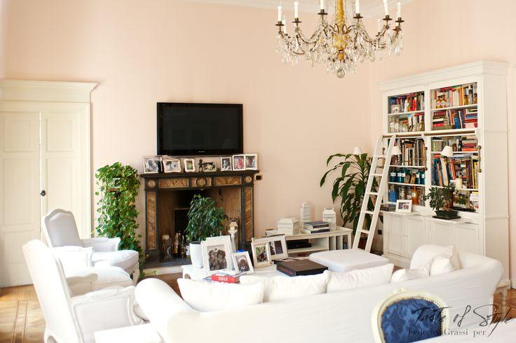 Il tuo salotto è candido e lascia pensare a una casa di campagna, quali pezzi hai scelto? Ho voluto fortemente il tavolo e la libreria con la scala, il resto è arrivato di conseguenza.