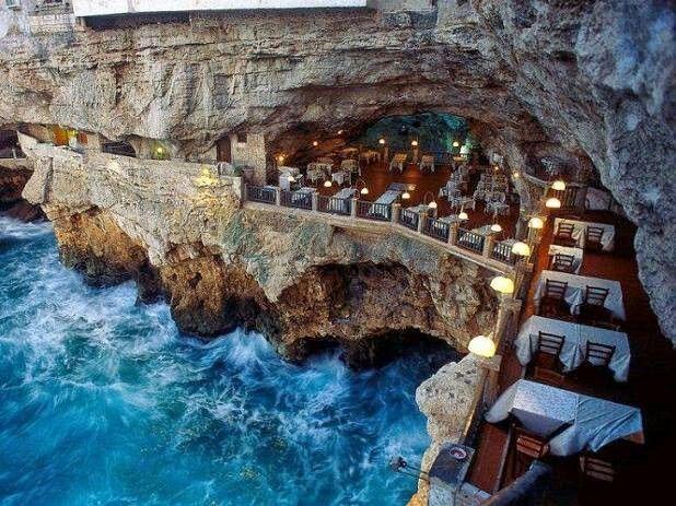 Le restaurant falaise (Grotta Palazzese) a été construit dans une grotte de la région de Pouilles en Italie.