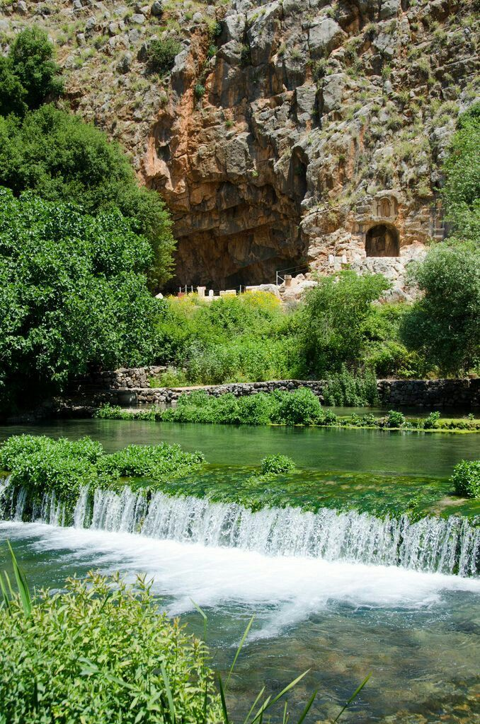 El manantial deBanias, preciosa reserva naturaly yacimiento arqueológico de la antigua ciudad de Cesarea de Filipo, ubicado al pie delmonte Hermónen losAltos del Golán. Al fondo se puede ver l…