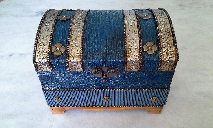 Bau com textura azul e latonagem envelhecida. www.elo7.com.br/esterartes