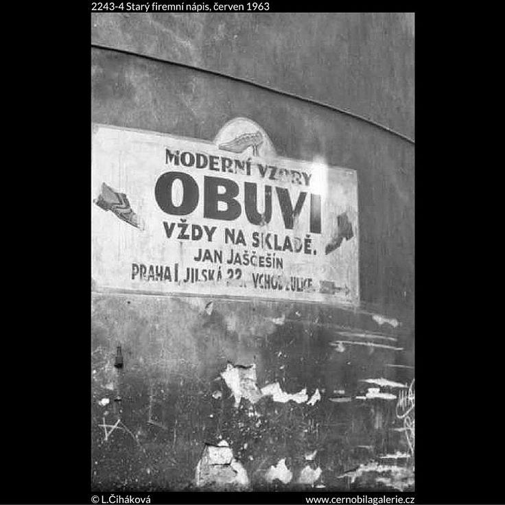 Starý firemní nápis (2243-4) • Praha, červen 1963 • | černobílá fotografie, Hlavsova ulička, Staré město, zeď |•|black and white photograph, Prague|