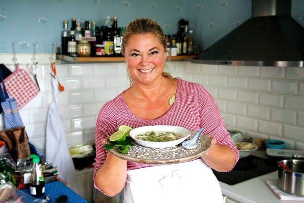 Cecilia Vikbladh bjuder bland annat på kycklingsoppan Tom Kah Gai. Foto: Meny i P1