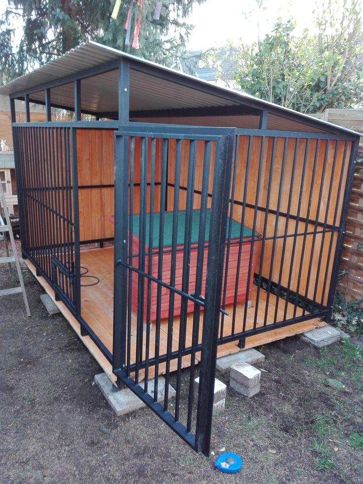Unser Hundezwinger besteht aus Dach, Holzboden, Wand, einer geschlossenen Seite, verriegelbarer Tür, und drehbarer Futterschalenhalterung.  #Hundezwinger #Zwinger #Hütte #Hundehütten #VerschlagfürHunde