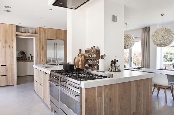 Idee om deur te integreren in de keuken? Reeds besproken met houtmerk.nl, is mogelijk