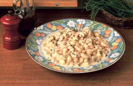 La fagiolata alla toscana si prepara cucinando rapidamente i gamberetti e successivamente tagliandoli a metà mescolandoli in una fondina con i fagioli e le patate lesse tagliate a dadini, a parte si preparerà una salsa alla maionese che andrà a condire il tutto che verrà infine servito in tavola cosparso di erba cipollina.  http://www.buonissimo.org/ricette/8382_fagiolataallatoscana.asp