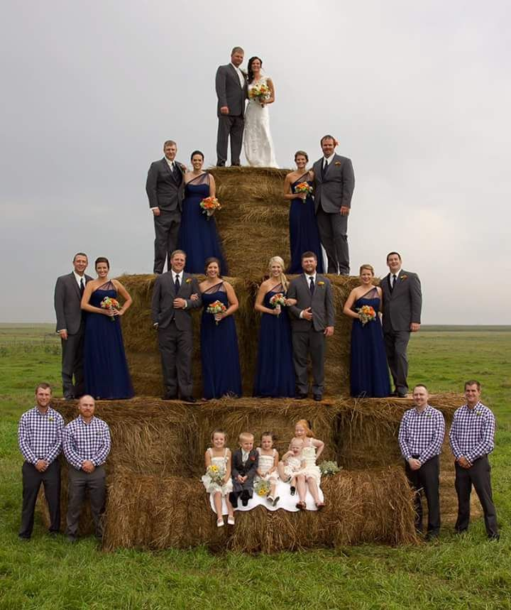 Exceptional Country Brides Everywhere Are Obsessed With This Hay Bale Photo Pyramid