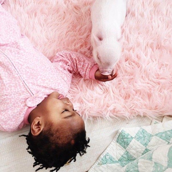 Kleine kinderen en kleine dieren, het blijft een aandoenlijke combinatie. De 2-jarige Libby heeft een innige vriendschap met het 3 maanden oude biggetje Pearl en dat levert super schattige foto's op.