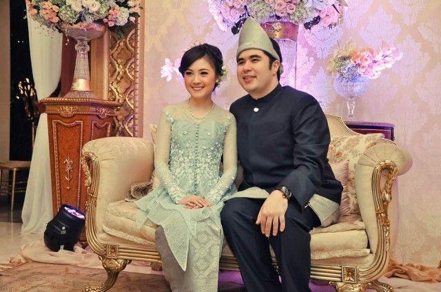 Dila Mutiara wore Sapto Djojokartiko custom chrysolite opal lace kebaya with flower appliqué and peplum details on her engagement day