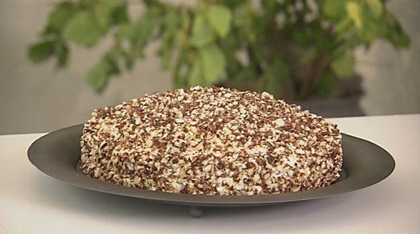 Skøn moccalagkage med smag af kaffe og knas af lækre nødder. Indeni er også sød æblekompot og luftige sandkagebunde. Blomsterberg anbefaler god kaffe til.
