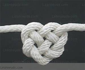 coeur celtique: le coeur celtique est incroyablement simple à réaliser. très esthétique en tant que pièce maîtresse d'un collier ou d'un bracelet.