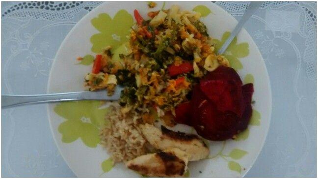 Refogado de legumes variados, arroz de alho e peito de frango grelhado apos o marinado na laranja!