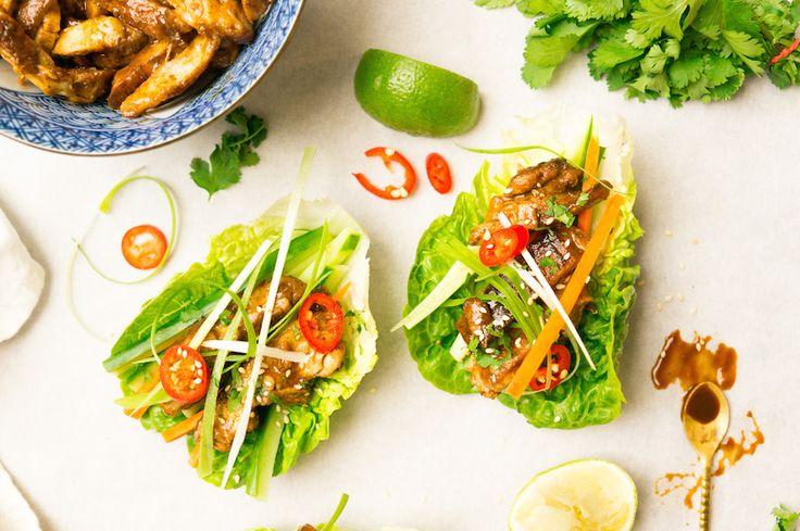 Met deze kip met hoisinsaus maak je een gezonde, koolhydraatarme versie van taco's. Dé truc: slablaadjes in plaats van wraps. Lekker fris en crunchy.