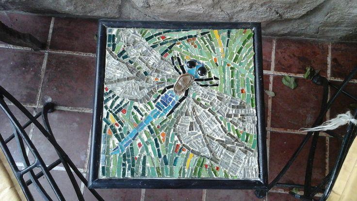La otra libélula.  Mosaico de Venecia y piedra montado sobre chapa en mesita . Tamaño  30x30cm. Realizó  Patricia Kandus