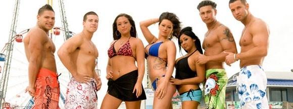 Jóvenes italoamericanos en el programa de Jersey Shore, en Nueva Jersey, geordies en Geordie Shore, en el norte de Inglaterra y españoles en Gandia Shore se han convertido en personajes importantes y famosos para los que ven MTV en casa. También han difundido una forma de comportarse, de vivir, un vocabulario indecente y por supuesto una estética.